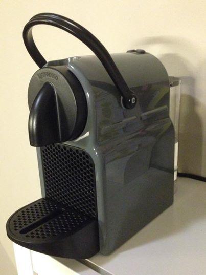 Vista fronto-lateral de la cafetera Nespresso Inissia de color negro