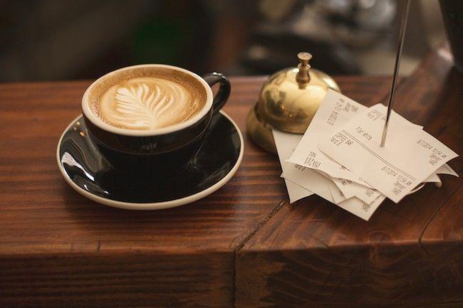 Foto de un café capuccino con latte art