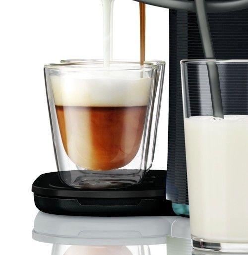 Foto de la Senseo Latte Duo extrayendo café y leche