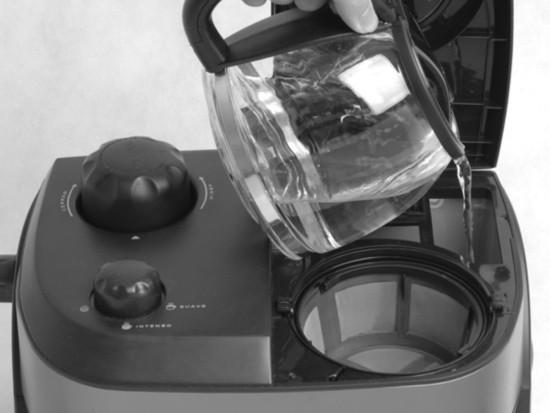 Foto del llenado del depósito de agua para la cafetera de goteo de la Ufesa CK7355
