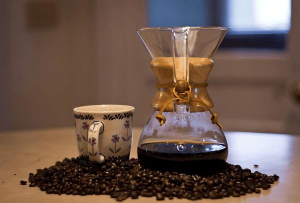 Foto de una Chemex con granos de café