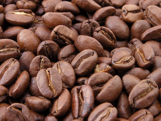 Foto de granos de café de tueste natural