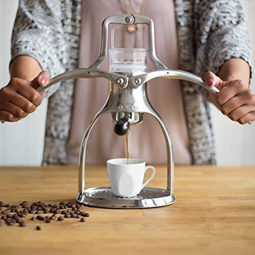 Imagen de la cafetera Rok Espresso Maker en funcionamiento
