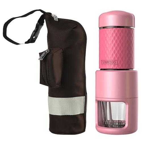 Foto de la cafetera Staresso rosa con bolsa de viaje