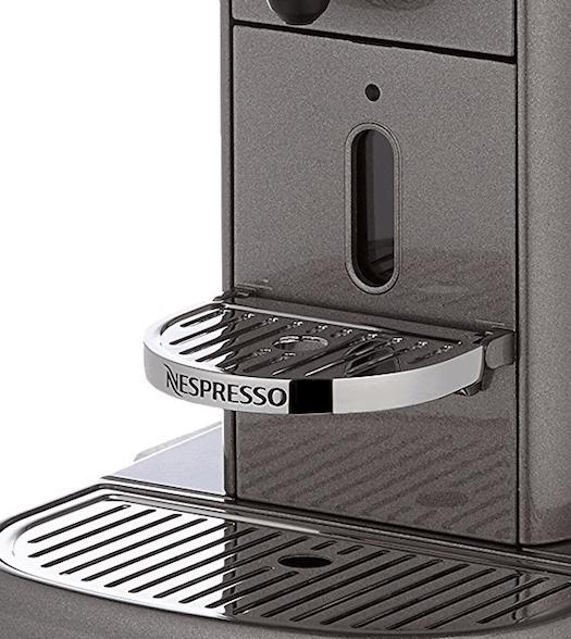 Detalle de la bandeja de la cafetera Nespresso de KitchenAid
