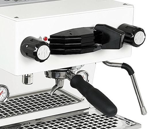 Cafetera La Marzocco Mini de color blanco