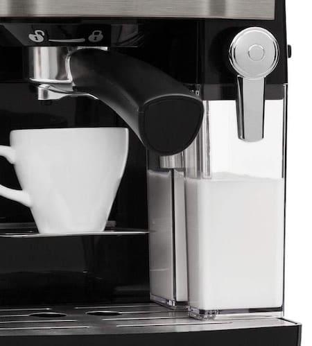Detalle de la cafetera Klarstein Bella Vita con depósito de leche