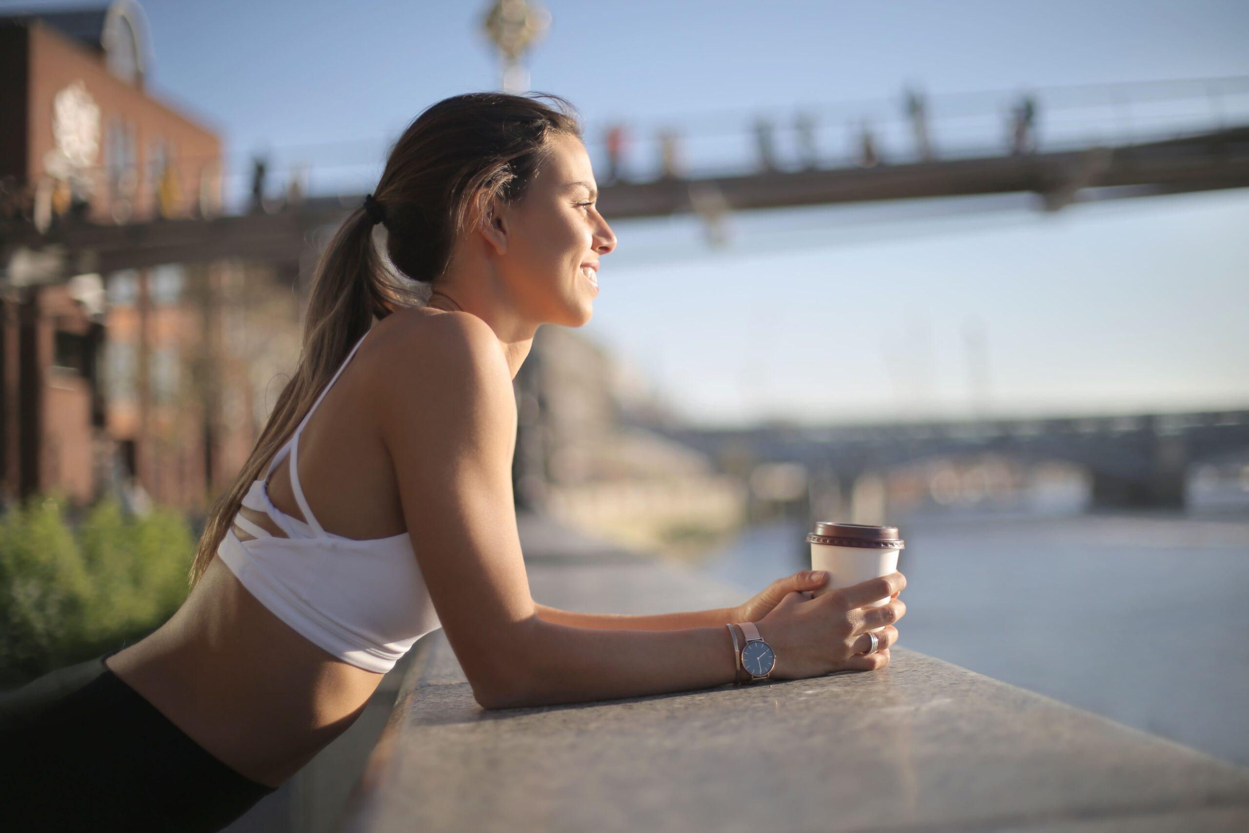 Mujer deportista con café